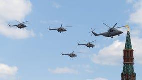 Helicópteros militares en Victory Parade en Moscú Foto de archivo