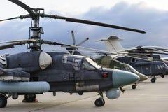 Helicópteros y aviones en fila Foto de archivo libre de regalías