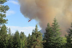 Helicopter fighting a wild fire Royalty Free Stock Images