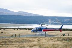 Helicopter Line Company,库克山,新西兰提供与雪着陆和aroun的惊人的风景直升机飞行 图库摄影