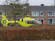 Helicopterl del trauma del paramédico aterrizado en la pequeña tira de hierba fotografía de archivo