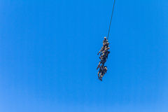 Helicóptero atado soldados del puente aéreo del vuelo de la cuerda Fotos de archivo