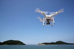 Helicóptero branco do quadrilátero do zangão Imagem de Stock