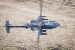 Helicóptero de Apache en vuelo Fotos de archivo