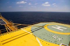 Helideck буровой установки нефти и газ в оффшорной индустрии, посадочной площадке вертолета на платформе конструкции в оффшорном Стоковое Изображение