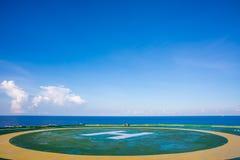 Helideck auf Ölplattform mit blauem Himmel Stockfoto