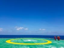 Helideck a pouca distância do mar Imagens de Stock Royalty Free