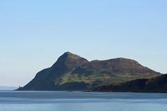 Helig ö på sidan av Arran i Firth av Clyde Arkivfoto