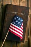 Helig bibel med amerikanska flaggan Royaltyfria Foton