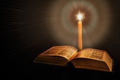 Helig bibel med stearinljuset royaltyfri fotografi
