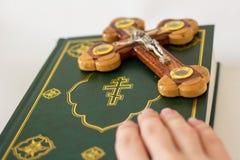 Helig bibel och kors som visar korsfästelsen av Jesus Christ arkivbilder