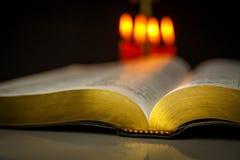 Helig bibel och stearinljus Arkivbilder