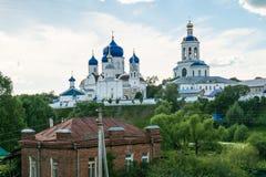 Helig Bogolyubovo kloster i den soliga sommardagen, Vladimir region, Ryssland Royaltyfria Foton