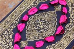 Helig bok för Koranen med blommasidor Royaltyfri Fotografi
