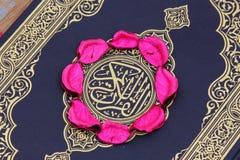 Helig bok för Koranen med blommasidor Fotografering för Bildbyråer