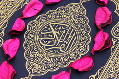 Helig bok för Koranen med blommasidor Arkivfoto