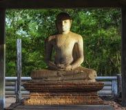 Helig Buddha för sammanträde i Mihintale Royaltyfria Foton
