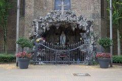 Helig Mary staty i kapell med utseendet av en grotta royaltyfri foto