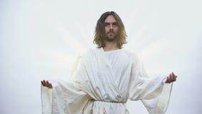 Helig profet som lyfter händer på skinande bakgrund som välsignar kristen, religion arkivfilmer