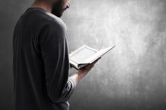 Helig quran f?r muslimsk manl?sning fotografering för bildbyråer