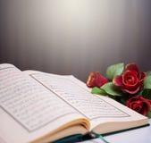Helig Quran och rosor Royaltyfria Foton
