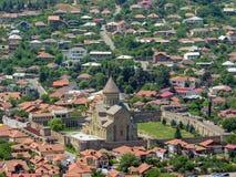 Helig stad av den Mtskheta sikten på den Svetitskhoveli domkyrkan från den Jvari kloster i Mtskheta, Mtskheta-Mtianeti, Georgia royaltyfri foto