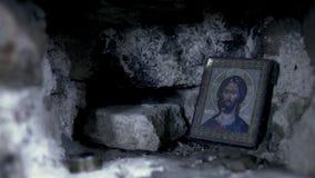 Helig symbol i den steniga väggen footage Symbol i ramen för bön arkivfilmer