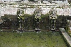 Helig vår i Bali Indonesien med mossiga statyer Fotografering för Bildbyråer