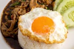 Heliga Basil Fried Rice med griskött och den Fried Egg Sunny sidan upp isolator Royaltyfria Bilder