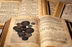 Heliga gamla judiska böcker royaltyfri fotografi