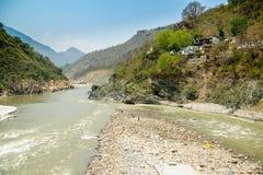 Heliga Ganges River flödar i en dal, Indien Royaltyfri Foto