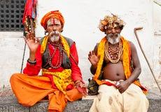 Heliga Sadhu män med den traditionella målade framsidan som välsignar i Pashup Royaltyfri Foto