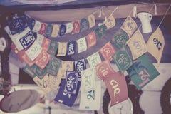 Heliga tibetana bönflaggor med shlokas arkivbild
