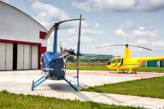 Helihaven met twee kleine helikopters Stock Afbeeldingen