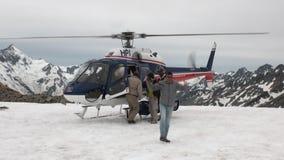 Helihaven op het panorama van de sneeuwberg en helikopter in Nieuw Zeeland stock video