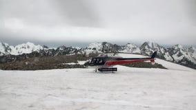 Helihaven op het panorama van de sneeuwberg en helikopter in Nieuw Zeeland stock videobeelden