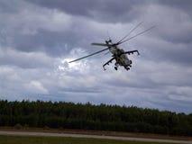 Helikopter över skogen Arkivfoto