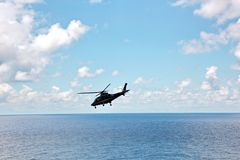 Helikopter als belangrijkste middelen om en goedkeuring van overzeese loodsen voor overzeese schepen in Australische wateren te l stock foto's