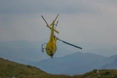 Helikopter in bergredding Royalty-vrije Stock Foto