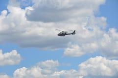 Helikopter, bewolkte hemel als achtergrond Stock Foto