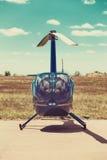 Helikopter bij de helihaven wordt geparkeerd die Royalty-vrije Stock Foto's