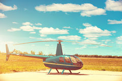 Helikopter bij de helihaven wordt geparkeerd die Royalty-vrije Stock Afbeeldingen