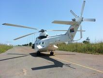 Helikopter bij luchthaven wordt geparkeerd die royalty-vrije stock afbeeldingen