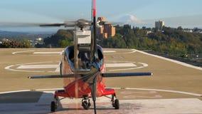 Helikopter bovenop het ziekenhuis stock video