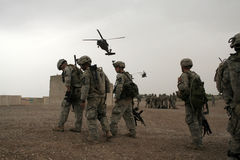 helikopter czeka Iraku żołnierzy Fotografia Royalty Free