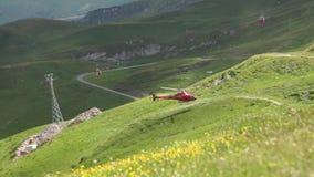Helikopter in de bergen Alpiene pieken landskape achtergrond Jungfrau, Bernese-hoogland Alpen, toerisme en avontuur stock videobeelden