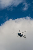Helikopter in de hemel met hemel stock afbeeldingen