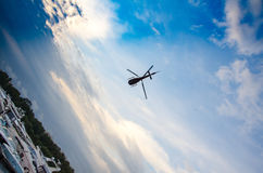 Helikopter in de hemel met wolken Stock Foto's