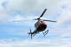 Helikopter die in de lucht hangen Stock Fotografie