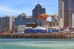 Helikopter die een gesimuleerde waterredding, Auckland, Nieuw Zeeland uitvoeren stock fotografie